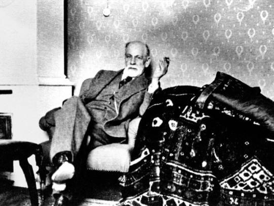 Здесь Фрейд изображён со своим знаменитым диваном, примерно 1932 год