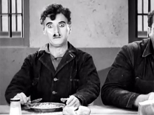 Чарли Чаплин (на изображении) тоже внёс свой вклад, сыграв персонажа который случайно вдохнул огромное количество кокаина в фильме 1936 года «Новые времена».