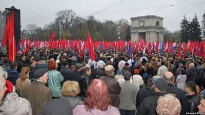Тысячи молдован собрались на митинг против интеграции с ЕС, выступая за более тесные связи с Россией и Беларусью