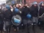Во время демонстрации в Италии полицейские из спецподразделения по разгону беспорядков сняли шлемы и присоединились к демонстрации