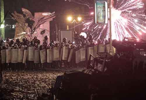Полиция пытается прорваться через заслон протестующих