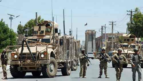 Американские солдаты перекрывают движение на дороге в сторону огороженной территории губернатора в Кандагаре