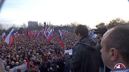 Тысячи людей вышли на акцию протеста в пророссийском порту Севастополь