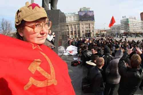 Украинка держит советский флаг во время демонстрации в промышленном восточноукраинском городе Донецке, 22 февраля 2014 года