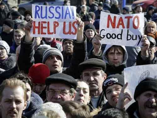Митингующие демонстрируют свою поддержку на том же пророссийском массовом мероприятии.