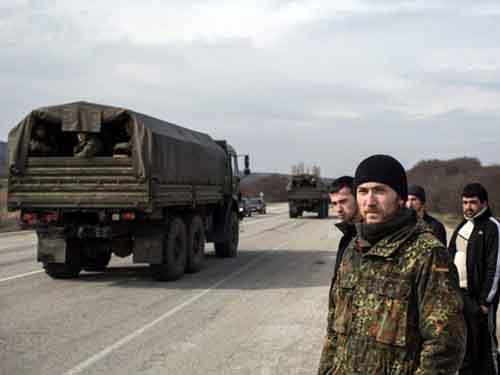 В крымском селе Кок-Асан, примерно в 70 км от Симферополя, этнические крымские татары стоят у обочины в момент проезда российских войск в сторону Симферополя.