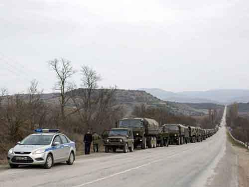 Российские войска стоят вдоль дороги в селе Опытное, примерно в 70 км от Симферополя.