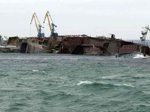 Брошенный военный корабль, наблюдаемый 8 марта в крымском порту Евпатрия, который российский военно-морской флот затопил с целью заблокировать выход из бухты.