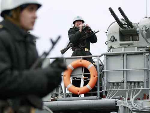 Украинские моряки несут караул на палубе украинского военного корабля в Евпатории