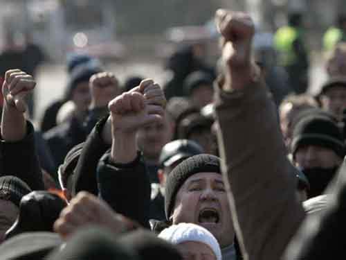 Люди выкрикивают лозунги во время пророссийского митинга на центральной площади Донецка.