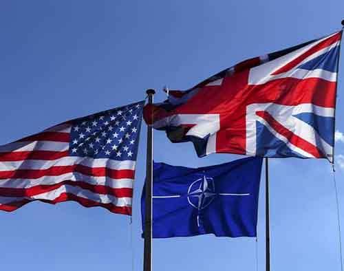 Флаги США, Британии и НАТО развеваются перед штаб-квартирой альянса в Брюсселе во время совещания по поводу ситуации  в Крыму и на Украине