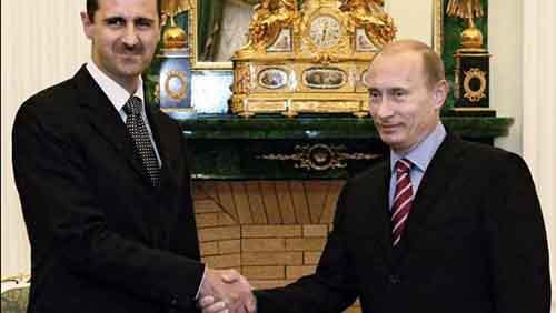 Президент России Владимир Путин и его сирийский коллега Башар Асад пожимают друг другу руки в московском Кремле, 19 декабря 2006 года.