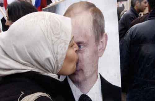 Жительница Сирии целует портрет Путина
