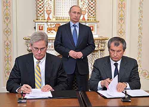 Президент «ExxonMobil Exploration» Стивен Гринли (слева), президент России Владимир Путин и глава «Роснефти» Игорь Сечин