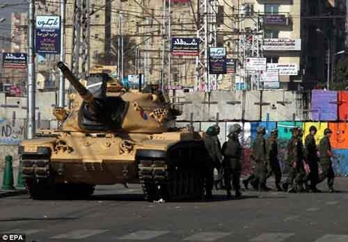 Участников попросили дать прогноз по целому ряду мировых событий, включая эпизод, когда египетские военные с танками остановились перед президентским дворцом в Каире, Египет.