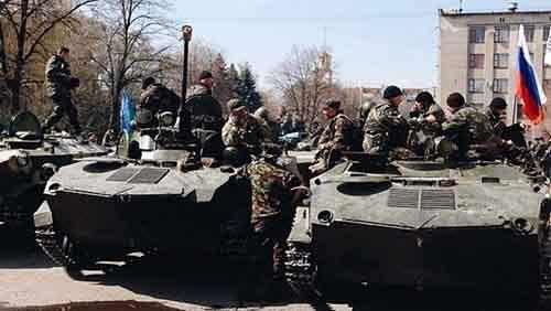 Украинские солдаты сидят на БМД