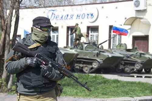 Вооружённый пророссийский активист в восточноукраинском городе Краматорске, 16 апреля