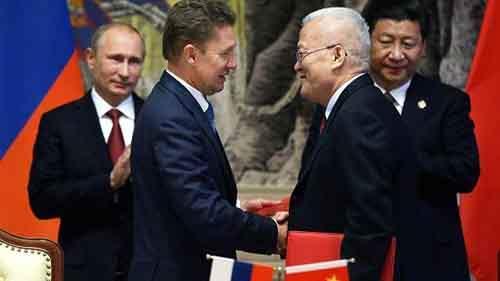 Глава Газпрома Алексей Миллер и глава китайской энергетической компании CNPC Чжоу Цзипинь обмениваются рукопожатиями, 21 мая 2014
