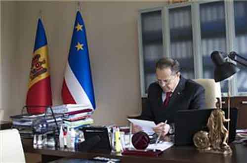 По мнению Михаила Формузала центральное правительство лишает Молдову достойного будущего тем, что втягивает её в интеграцию с Евросоюзом