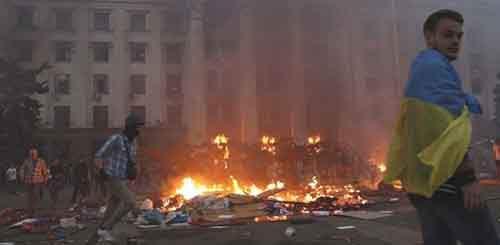 Лагерь протестующих был сожжён, чтобы загнать их в здание, где их поджидал «Правый сектор»