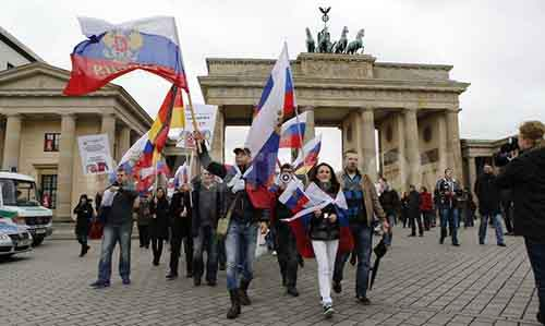 Пророссийская демонстрация в Берлине шествует от Бранденбургских ворот к российскому посольству. Источник: demotix.com