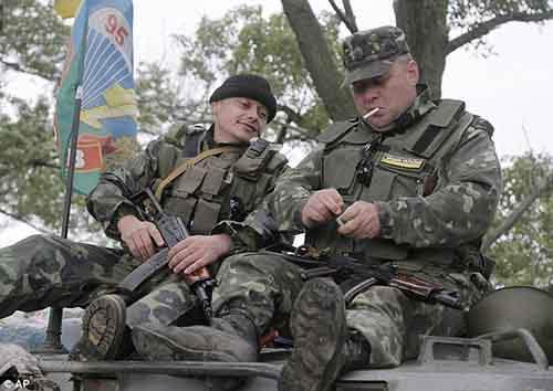 Украинские военные сидят на БТР во время движения в Славянск