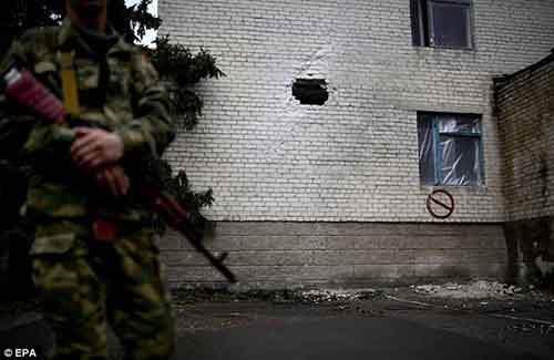 Пробоина в стене детской больницы после артобстрела