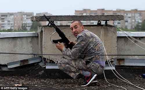 Пророссийский боец бросается в укрытие