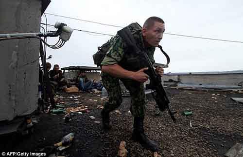 Солдат осматривается перед тем, как открыть огонь