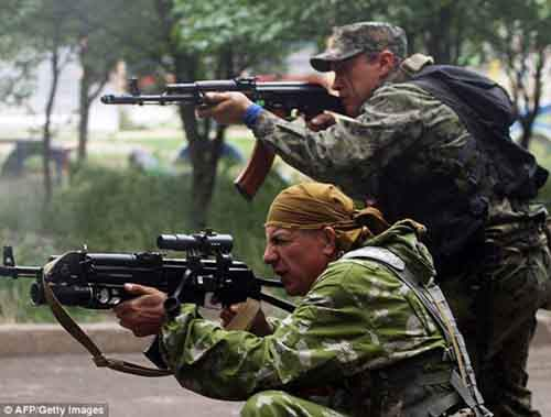 По сообщению украинского Министерства обороны, семинедельное противостояние унесло жизни 49 украинских военных и 128 мирных жителей и ополченцев
