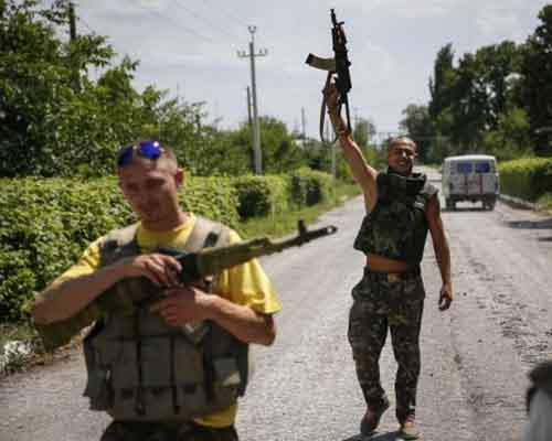 Ukrainian soldiers stand guard in the eastern Ukrainian town of Seversk