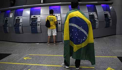 Brazilians-at-an-ATM-mach-009