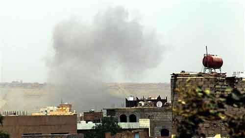 Дым пожаищ в результате воздушных ударов по столице Йемена Сане, апрель 2015 года