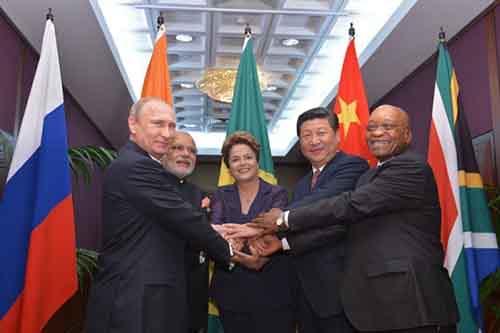 Пять лидеры стран БРИКС взяться за руки во время официальной фотографии 6-го саммита БРИКС в Форталеза, Бразилия, 15 июля 2014