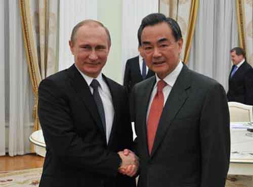 Владимир Путин жмёт руку министру иностранных дел Китая  Ванг И