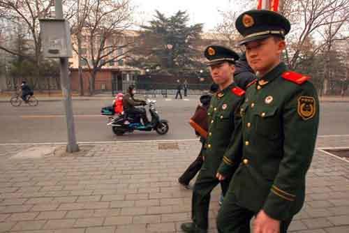 Китайские солдаты на охране посольства Северной Кореи в пекине