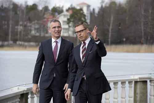 Премьер-министр Финляндии Александр Стубб беседует с Генеральным секретарём НАТО Йенсом Столтенбергом
