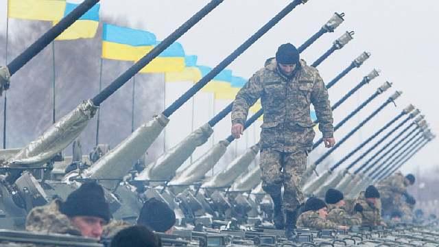 http://mixednews.ru/wp-content/uploads/2015/05/militar-ucraniano-caminha-sobre-veiculos-blindados-em-cerimonia-de-entrega-de-equipamentos-para-o-exercito-1421327913393_1920x1080.jpg