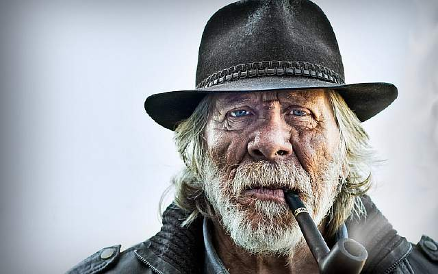 video-games-blue-eyes-people-beard-pipes-hats-old-people-_1952-55