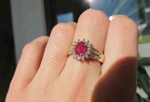 Золотое кольцо с рубином – отличный выбор для девушки