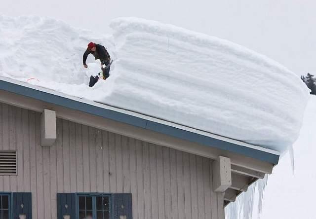 Как эффективно убрать снег с крыши
