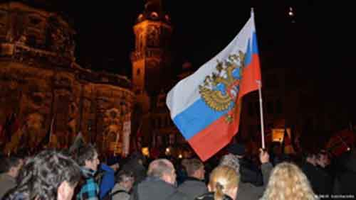 Жители Дрездена выходят на митинги протеста с российскими флагами против ислама и Меркель