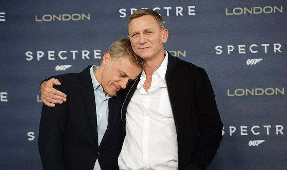 Daniel-Craig-and-Christoph-Waltz-hug-631378