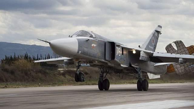 Бомбардировщик Су-24, ведущий свою историю с далеких шестидесятых, приземляется на авиабазе Хамеймим в Сирии