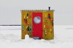Канадский фоторепортаж: будки вместо палаток для зимней рыбалки