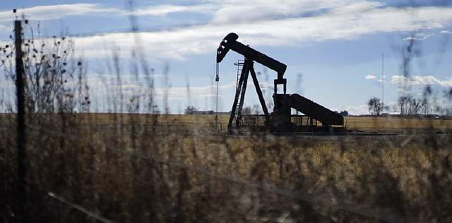 An oil well is seen near Denver, Colorado February 2, 2015. Oil prices may stay depressed until summer due to weak seasonal demand even as Saudi Arabia's strategy of curbing the output growth of rival producers might have started achieving tangible results, OPEC delegates told Reuters.  REUTERS/Rick Wilking (UNITED STATES - Tags: BUSINESS ENERGY COMMODITIES) - RTR4NZ43