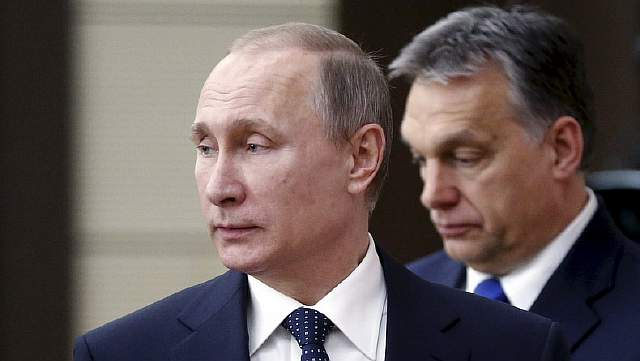 Подпись к изображению: Российский президент Владимир Путин и премьер-министр Венгрии Виктор Орбан во время пресс-конференции после переговоров в государственной резиденции Ново-Огарево, 17 февраля 2016 года