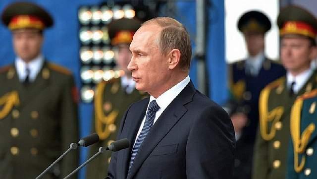 1280px-Vladimir_Putin_at_«Army-2015»_10