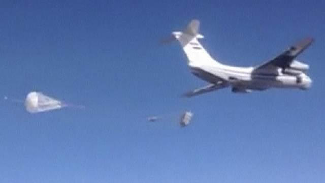 Транспортный самолет российских ВКС сбрасывает гуманитарную помощь в окрестностях города Дайр-эз-Заур в восточной Сирии