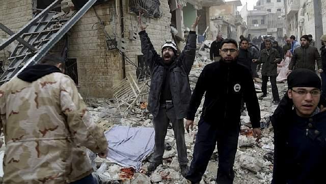 Боец гражданской самообороны поражен картиной разрушений, нанесенных, по утверждениям активистов, в результате трех бомбовых ударов российской авиации, провинция Идлиб, Сирия, 12 января 2016 года